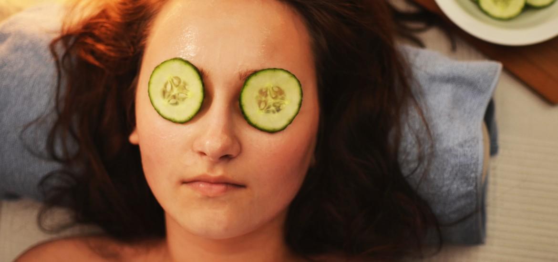 Składający się z wody w 96% ogórek to sprawdzona recepta na poprawę wyglądu zmęczonych oczu. Woda może jednak działać niczym kosmetyk również ( a może raczej przede wszystkim) od wewnątrz.