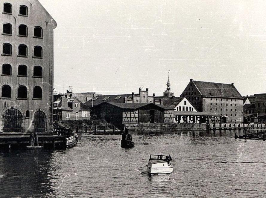 sz-2-nabrzeze-szafarni-przy-moscie-na-archiwalnej-fotografiisprze-1945-r